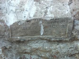 Старинный надгробный камень в забутовке фундамента нижней церкви
