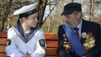 Смена подрастает. Фронтовик Александр Ульянов и его внук, ученик морского кадетского корпуса Феодосий. Май 2014