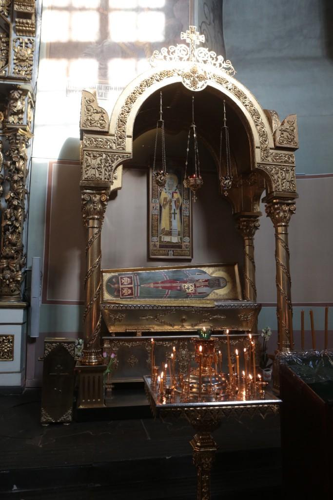 Святые мощи святителя Тихона почивают в золоченой раке в Большом соборе монастыря