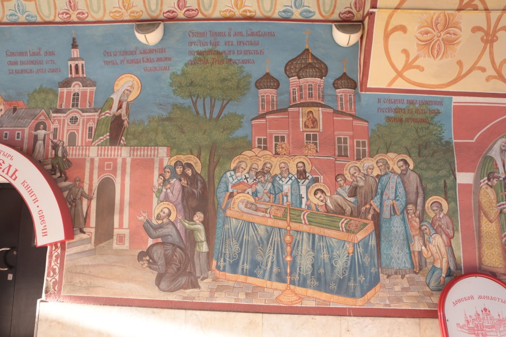 Погребение святителя Тихона. Фреска на левой стене Святых врат Донского монастыря