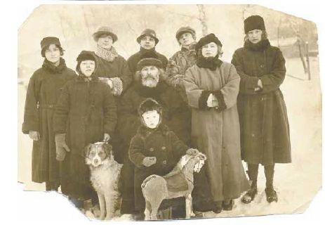 Священномученик Иоанн Хрусталев с детьми, начало 1930-х годов