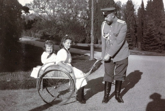 Доктор Боткин с великими княжнами Марией и Анастасией