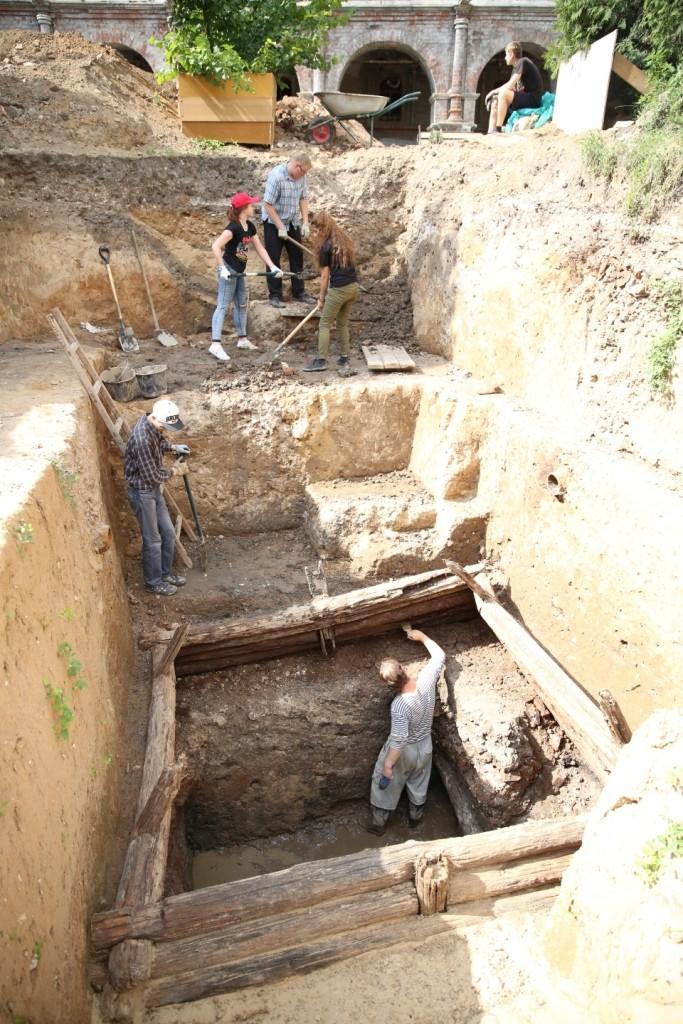 Раскоп с древним колодезным срубом