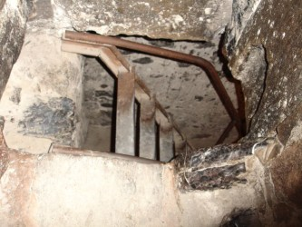 Древний монастырь Хор Вирап. Вход в темницу.