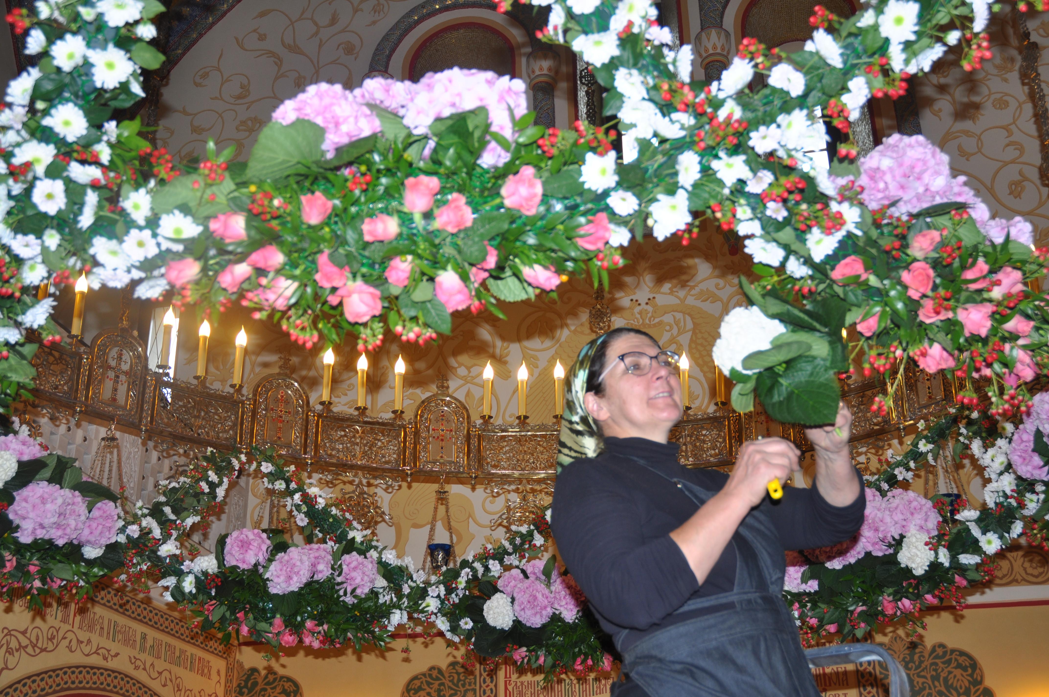 «Если средств немного, лучше украсить к празднику аналойную икону, –  советует Галина Кондратьева, – цветы вокруг нее – это все мы, молитвенники. fe3c78cea8f
