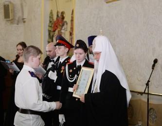 Святейший Патриарх Кирилл награждает победителя конкурса. В церемонии приняли участие кадеты 8–9-х классов школы  № 1861 «Загорье»